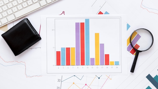 拡大鏡と経済チャート