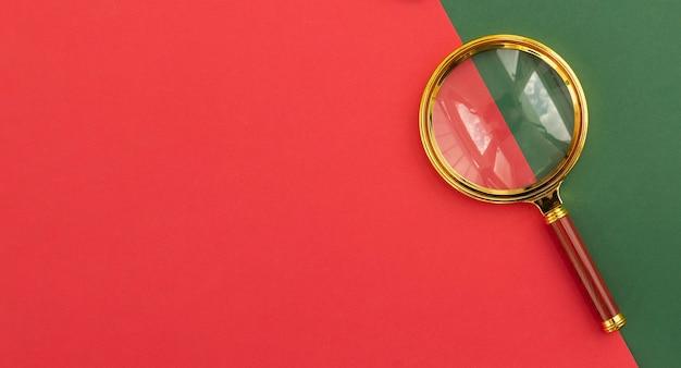 텍스트 복사 공간이 있는 빨간색 배경의 돋보기