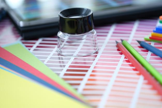 테이블 디자이너의 돋보기 연필 및 색상 팔레트 견본은 다음에서 색상 조합을 개발합니다.