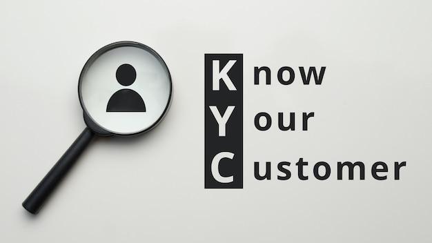 Лупа с абстрактным лицом и надписью kyc.