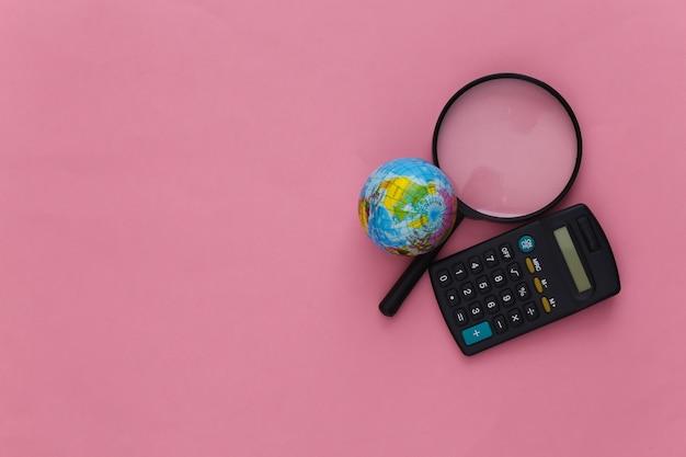 ピンクの地球儀と電卓が付いた拡大鏡