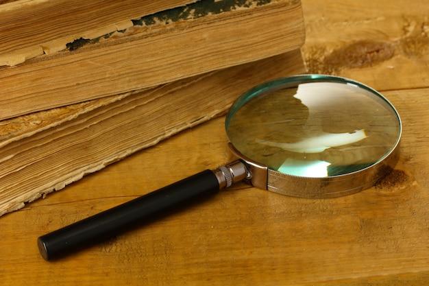 돋보기와 테이블에 책
