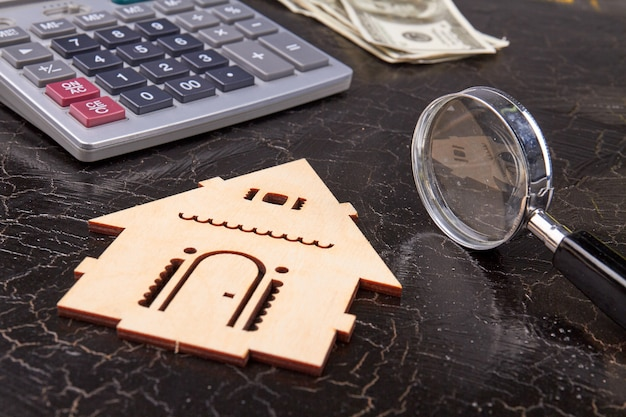 虫眼鏡と木造住宅のシルエット