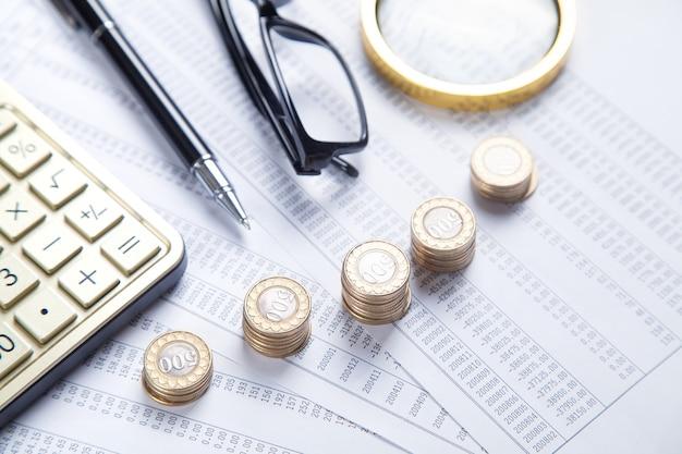 돋보기, 동전, 안경, 계산기, 재무 문서에 펜. 사업. 재원