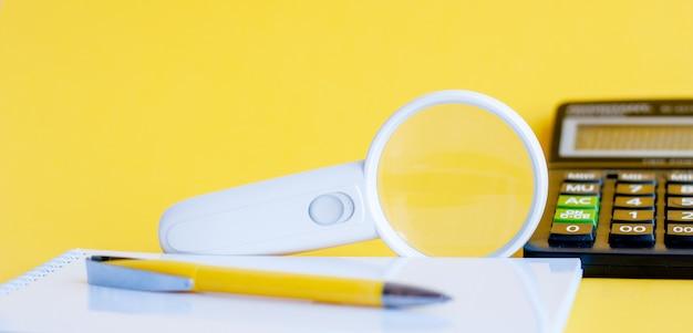 Увеличительное стекло в белой рамке на желтом фоне