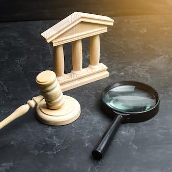 Увеличительное стекло стоит возле здания суда. судебные решения и законопроекты конституционный суд. препятствие к соблюдению прав человека. контроль и прозрачность.