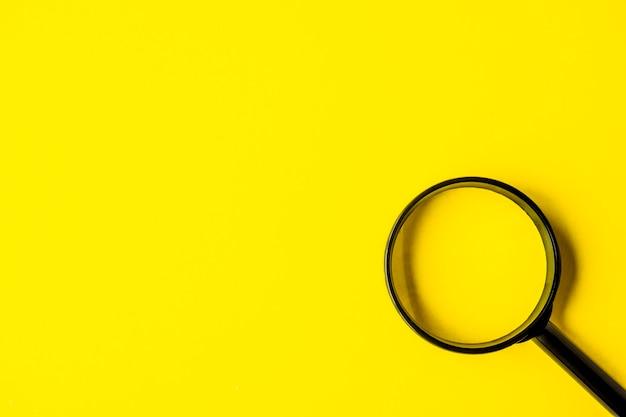 복사 공간 노란색 배경에 돋보기 돋보기 부분 확대 검색 기호