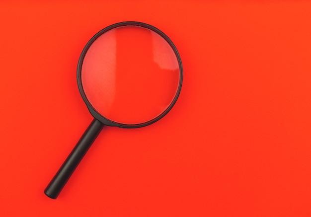 分離された赤い背景の拡大鏡、上面写真