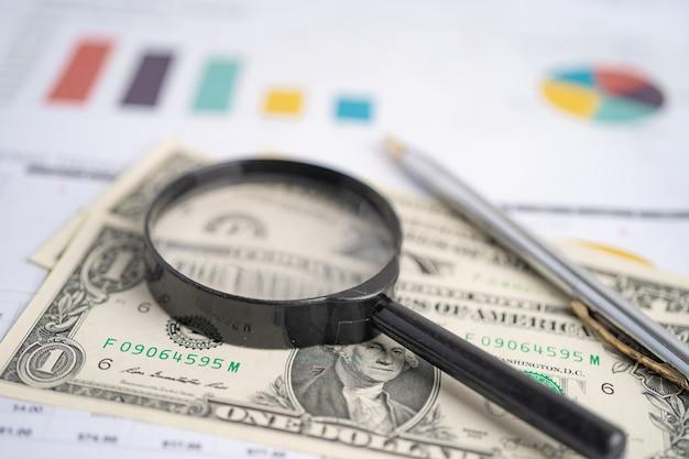 Увеличительное стекло на диаграммах, миллиметровой бумаге. финансовое развитие. банковский счет.