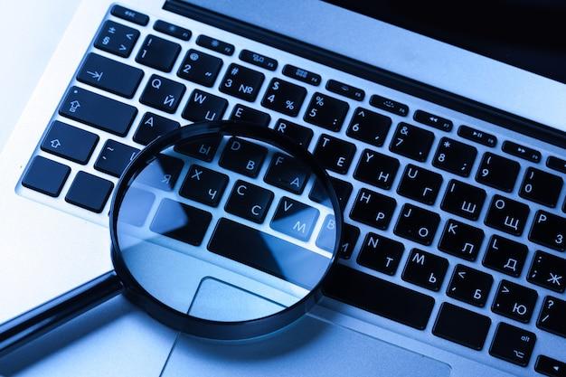 Увеличительное стекло на ноутбуке.