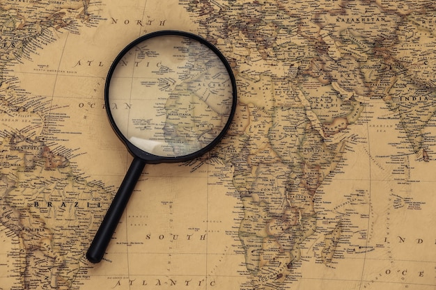 Увеличительное стекло на старой карте. путешествие, концепция приключений