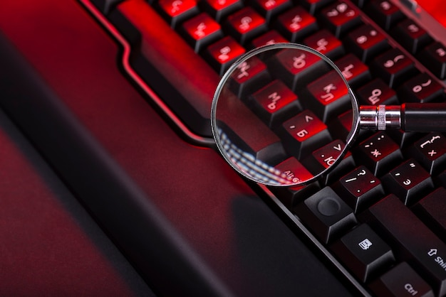 검은 컴퓨터 키보드의 키에 돋보기