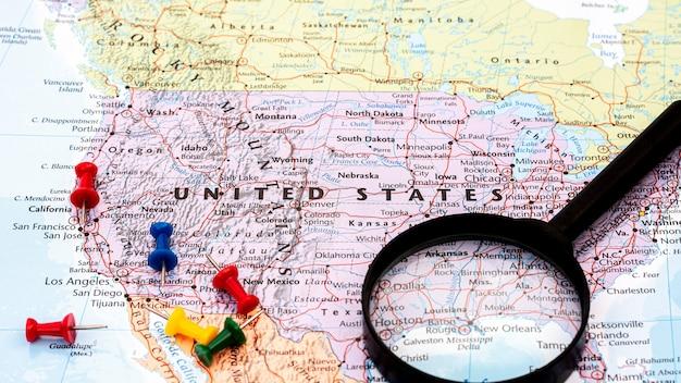 アメリカ合衆国の世界地図上の虫眼鏡。 -経済およびビジネスコンセプト。