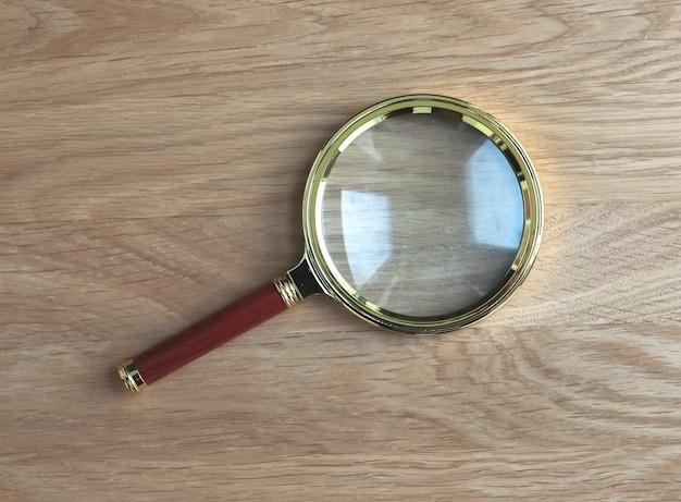 연구 및 연구의 상징으로 나무 책상에 돋보기