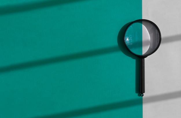 일 빛으로 밝은 파란색과 흰색 배경 위에 돋보기. 검색 도구 개념. copyspace와 배너입니다.