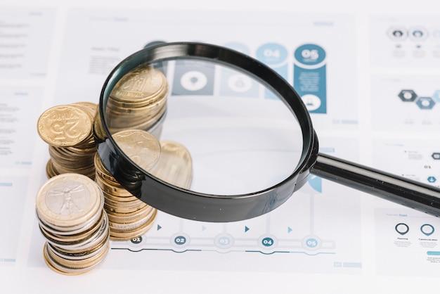 Увеличительное стекло над стопкой монет на инфографическом шаблоне