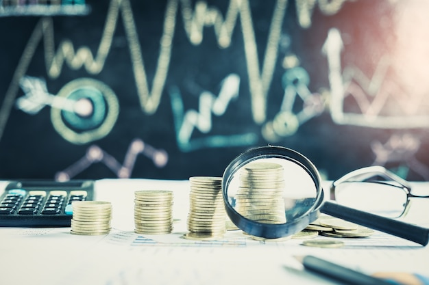 Увеличительное стекло, карандаш и калькулятор на финансовой карте и графике, фон учета