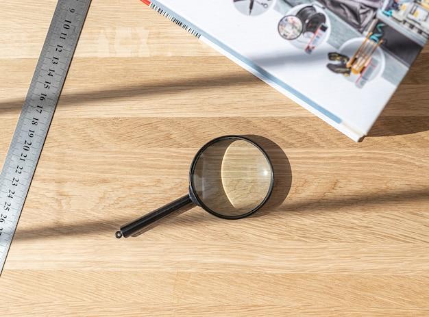 돋보기 기술 도서 및 눈금자 나무 책상 개념 연구 및 연구 결과를 찾는 연구.