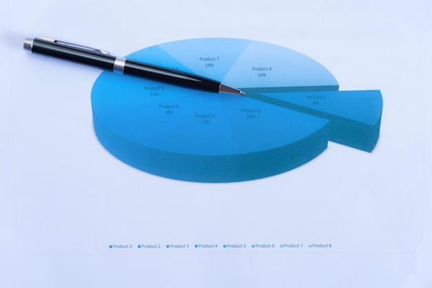 Увеличительное стекло с бумажным графиком. концепции анализа