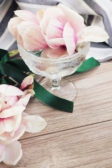 목련 꽃, 나무 테이블에 복사 공간