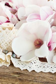 나무 테이블에 빈티지 레이스와 목련 핑크 신선한 꽃