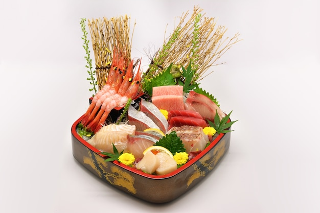 Японская еда смешанная сашими (maguro, otoro, лосось, морской окунь, hamachi, uni, botan ebi)