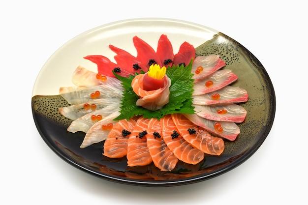 Японская пищевая сырая рыба смешанная сашими (maguro, otoro, лосось, морской окунь, хамачи)