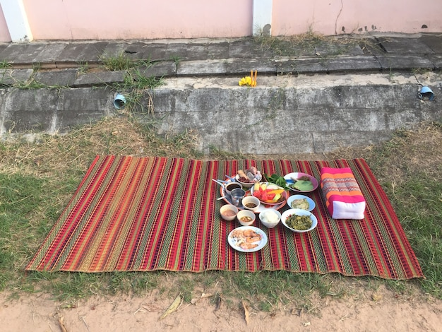 Maha sarakham, 태국-2021 년 4 월 15 일 : 송크란 축제에서 영혼에게 제물을 바치는 음식. 신에게 경의를 표하십시오. 스마트 폰으로 촬영 한 스냅 사진.
