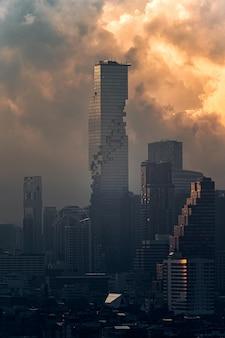 방콕 시내에서 극적인 하늘과 mahanakhon 현대적인 마천루