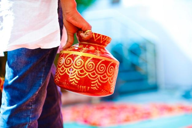 ヒンドゥー教の装飾的な鋼のガダまたは鍋でのマハラシュトラの結婚式