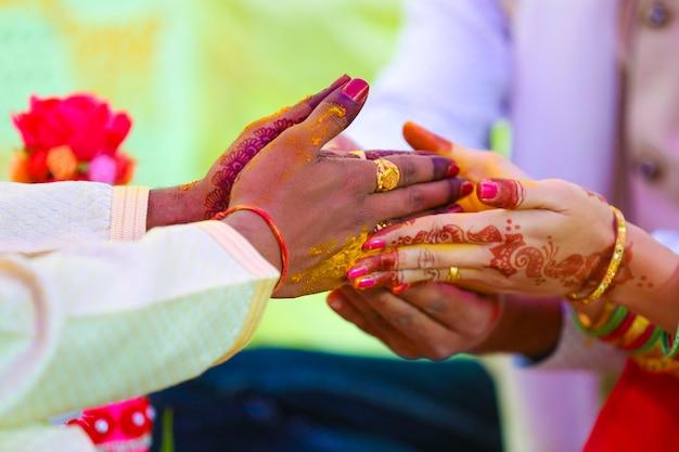 ヒンドゥー教の新郎の手でマハラシュトラの結婚式