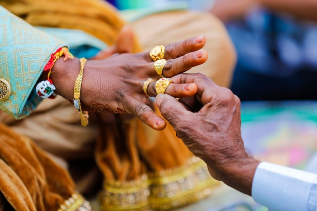 指に金の指輪を置くヒンドゥー教の新郎のマハラシュトラの結婚式