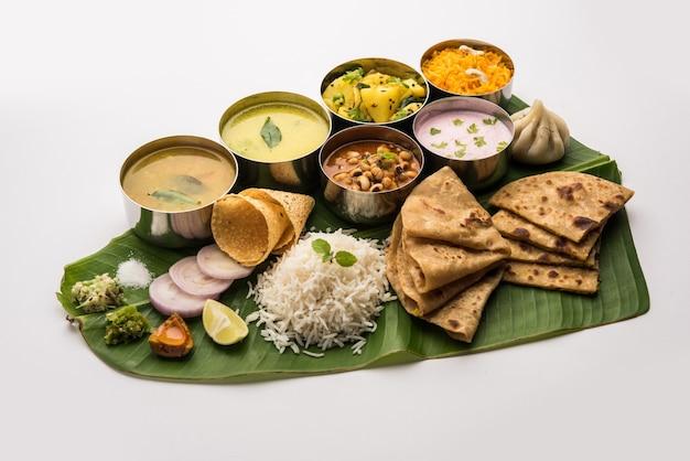 マハラシュトリア料理のターリーまたは大皿。インドからのムンバイスタイルの食事