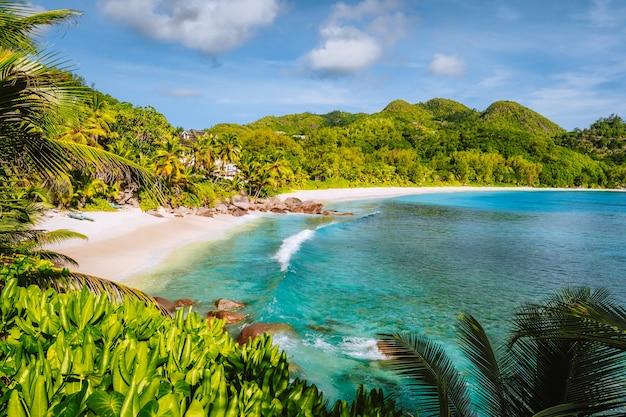 Остров маэ, сейшельские острова. отдых на красивом экзотическом тропическом пляже анс-интенданс.