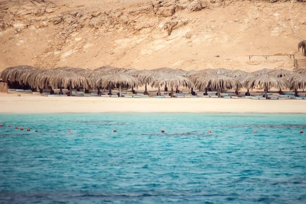 紅海、エジプト、ターコイズブルーの水、青い空とボートのマフミア島