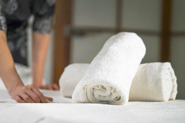 Уборка в спа-салоне. женщина массажистка на рабочем месте. концепция здоровья и красоты.