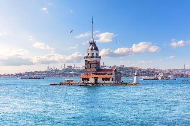 トルコ、イスタンブールのボスポラス海峡にある乙女の塔。