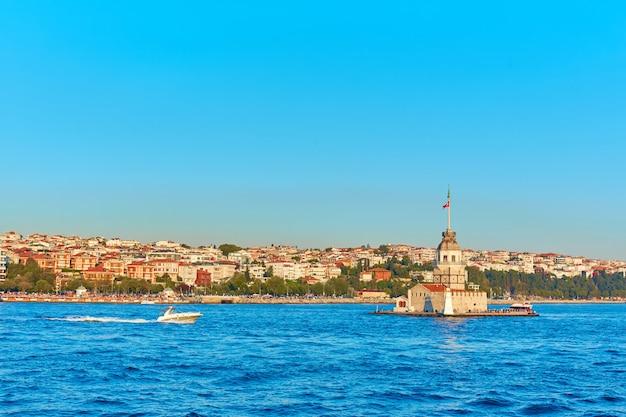 Девичья башня в проливе босфор. один из символов города стамбул.