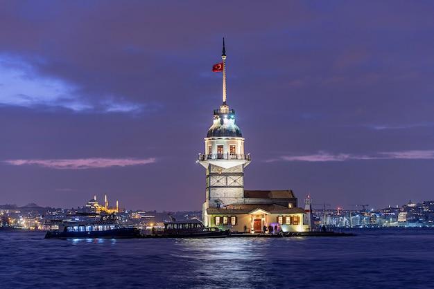 Девичья башня или киз кулези в ночное время в стамбуле, турция