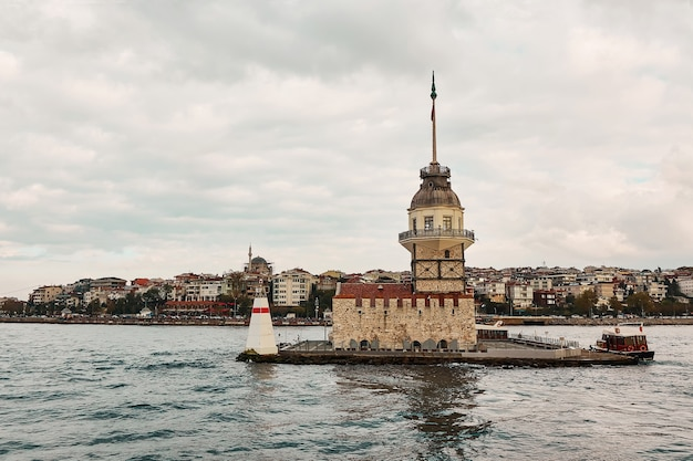 Девичья башня в стамбуле, турция, в пасмурный день