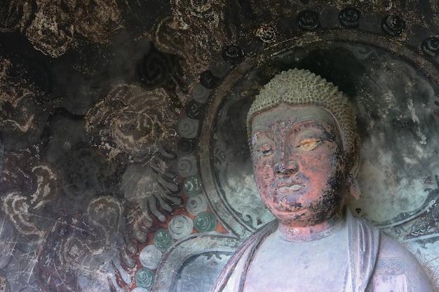 중국 간쑤성 tianshui시의 maijishan cave-temple complex. 실크로드에 종교 동굴이있는 산