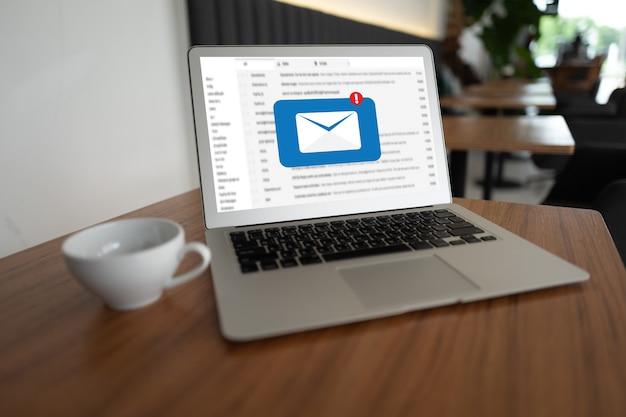 ラップトップとのメール通信の概念