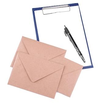 白い孤立した背景にペンで埋めるための封筒と空白を郵送します。メールまたは配信の概念