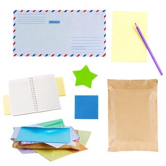 메일 봉투, 메모 및 스티커 흰색 배경에 고립