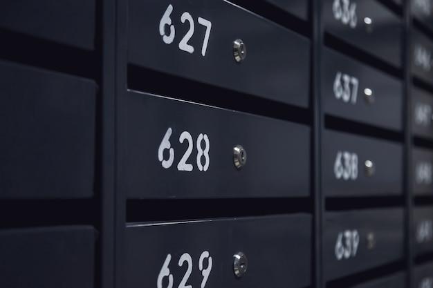 아파트 주거용 건물에 있는 우편함. 번호가 매겨진 사서함의 짝수 행. 도시에서 통신 개념입니다. 광고 소재의 배경으로 사용할 수 있습니다. 복사 공간