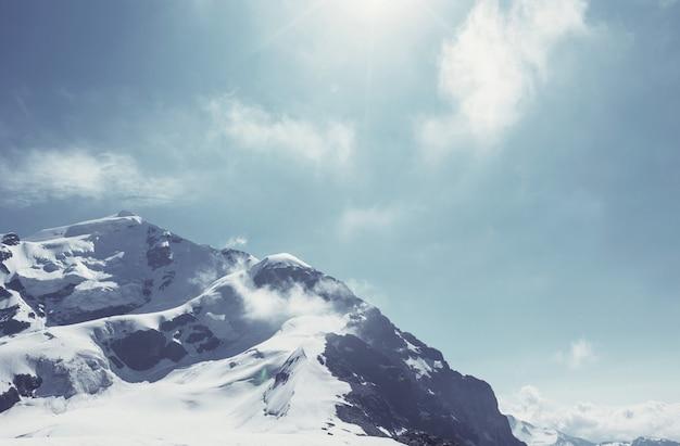 日没時の主な白人の尾根。tetnuldとgestolaのピーク、ジョージア/ instagramフィルター。