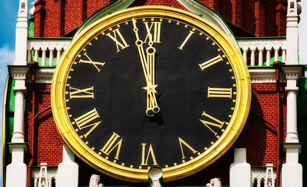 Главные часы на спасской башне на красной площади в москве