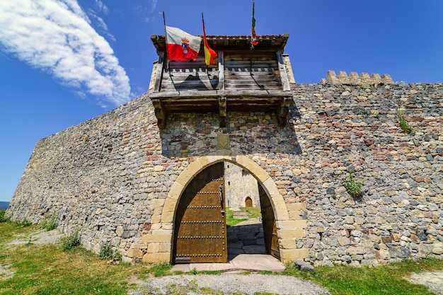 Главный вход в замок из старого дерева. argueso santander.