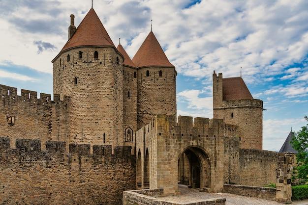 Главный вход в укрепленную цитадель каркассон во франции (la cité © на французском языке)