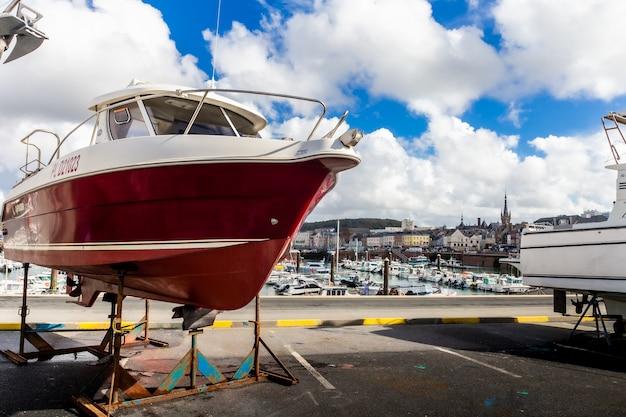 Главный порт с яхтами, рыбацкими парусными лодками
